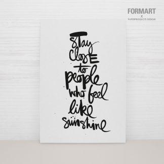 Postkarte stay close to people who feels like sunshine